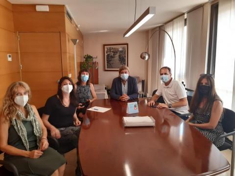 El president David Masot es va reunir amb les noves responsables del centre, Balbina Escolà i Alba Garrote.
